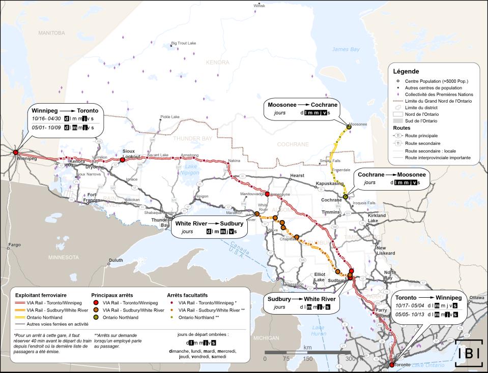 Cette carte illustre les services de transport ferroviaire de passagers dans le Nord de l'Ontario, par ligne et par exploitant. Les exploitants et les lignes sont VIA Rail (Toronto-Winnipeg), VIA Rail (Sudbury-White River) et Ontario Northland (Moosonee-Cochrane). La carte indique également les jours d'exploitation de chaque service, en plus des arrêts importants et des arrêts sur demande. Les routes s'y trouvent également, et sont classées par catégorie : primaires, secondaires, secondaires locales ou importantes extraprovinciales.