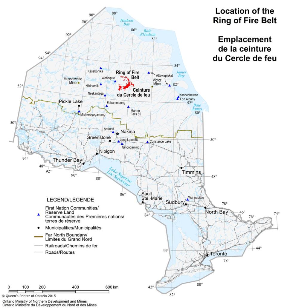 Cette carte indique où se situe le Cercle de feu dans le Nord de l'Ontario, ainsi que l'emplacement des communautés de Premières Nations et des grandes municipalités. Les routes et les chemins de fer principaux, ainsi que les frontières du Grand Nord, y figurent également.